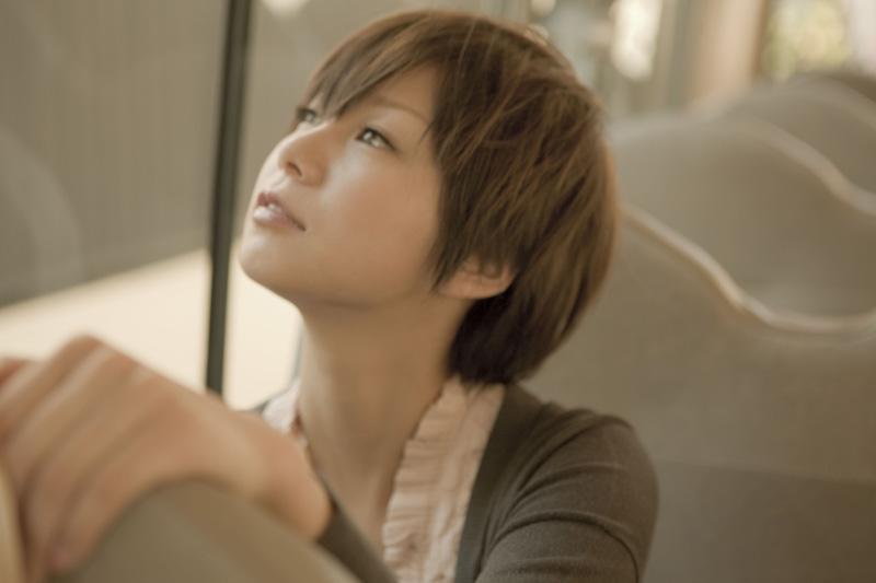 ベリーショートヘアで上を向く田中美保